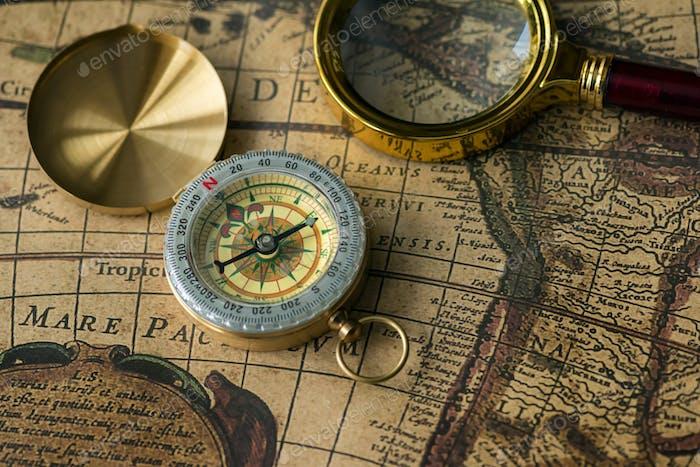 Retro Kompass mit alter Karte und Lupe