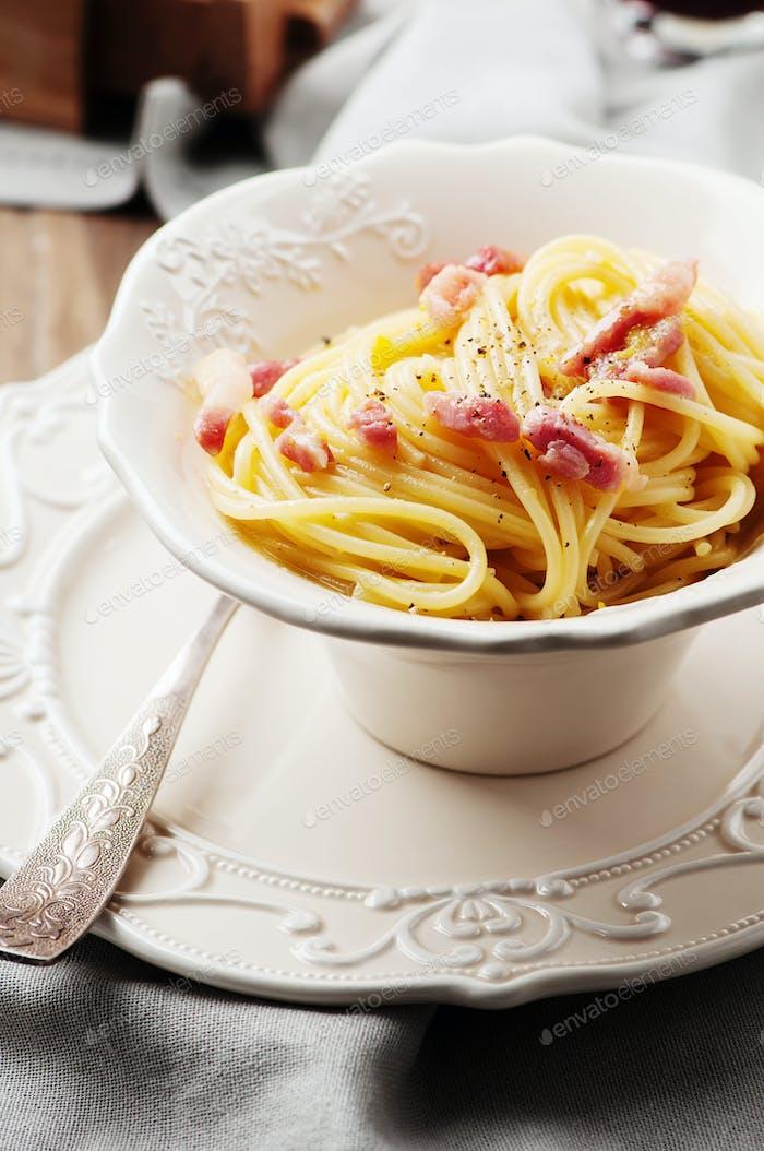Spaghetti Carbonara mit Rotwein
