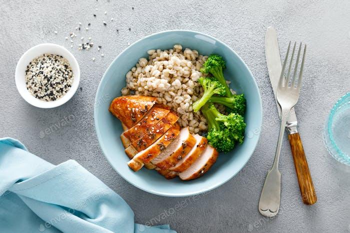 Gebackene Hähnchenbrust Lunchschale mit Graupen und Brokkoli