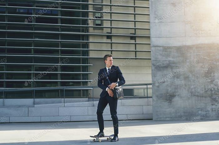 Mann im Anzug, der sich umschaut