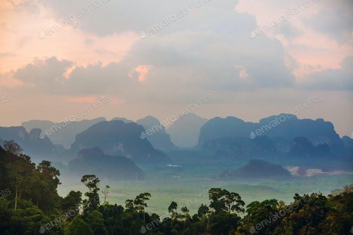 montañas de los picos de la tarde