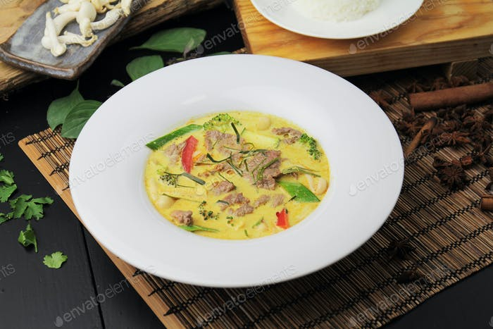 Yellow curry with beef
