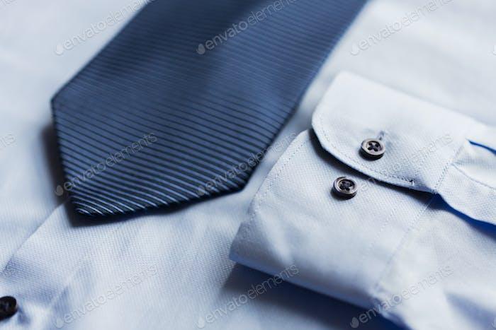 cerca de la camisa y corbata estampada azul