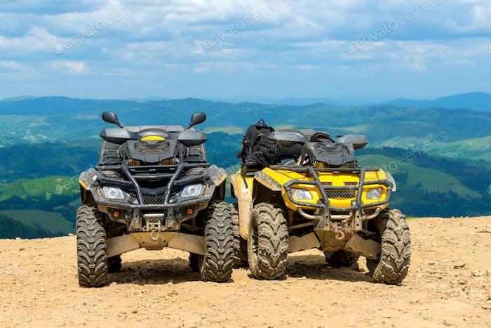 ATV Quad Bike vor der Berglandschaft