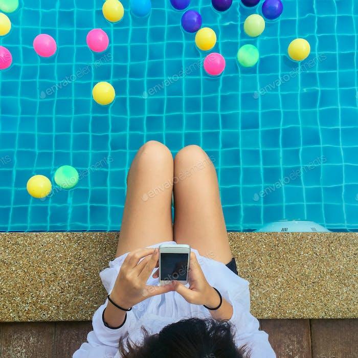 Hermosa mujer joven con hermosa sonrisa leyendo buenas noticias en el teléfono móvil.