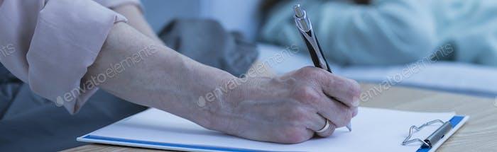Therapeut nimmt Notizen