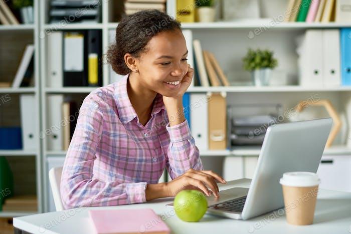 Happy African Girl Studieren in Bibliothek