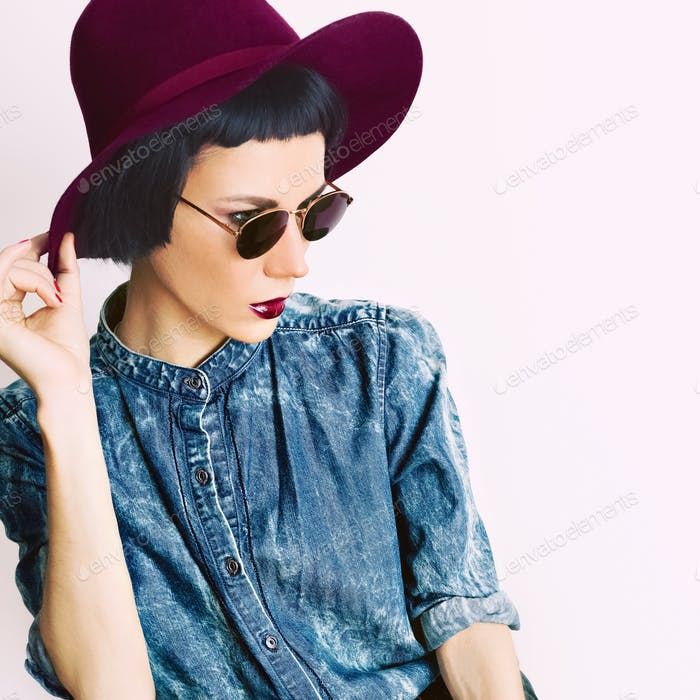 fashion portrait glamorous model in a vintage hat and glasses