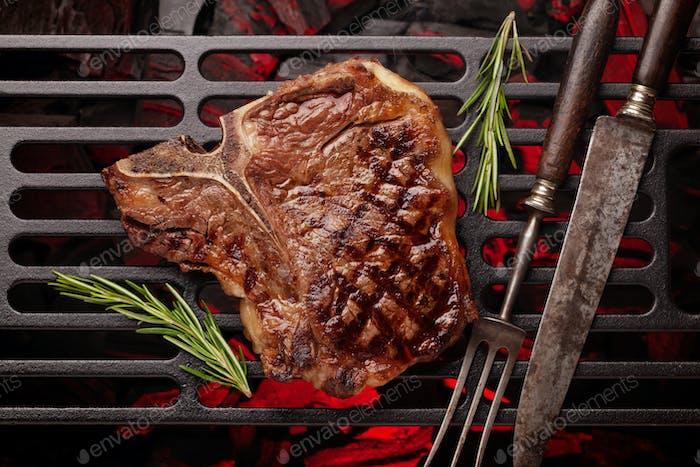T-Bone Rindfleisch Steak Kochen auf dem Grill