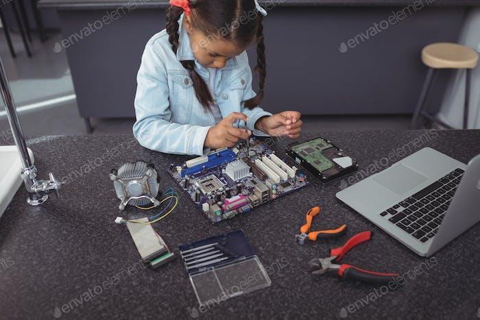 Hochwinkelansicht der konzentrierten elementaren Mädchen Montage Leiterplatte