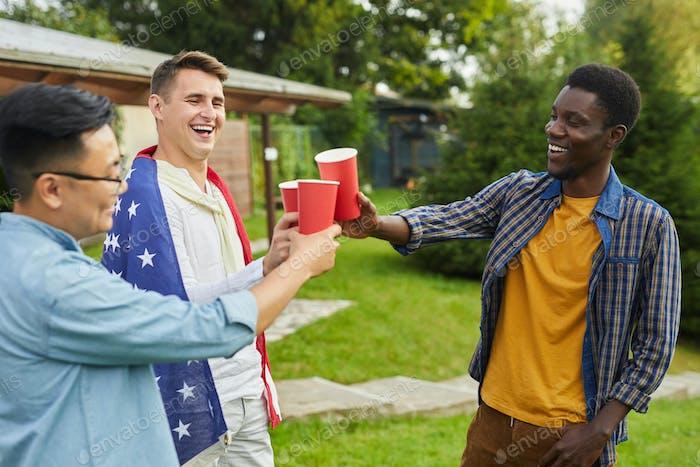 Chicos bebiendo cerveza al aire libre