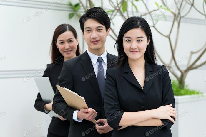 Gruppe von Geschäftsleuten im Freien