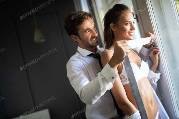Sinnliches Paar umarmen sich gegenseitig. Frau mit glamourösen Gesicht