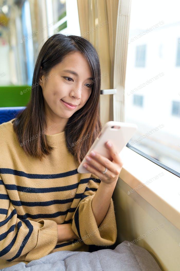 Женщина, работающая на мобильном телефоне