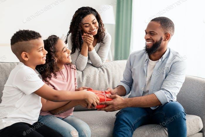 Schwarze Kinder feiern Vatertag, Gruß Papa