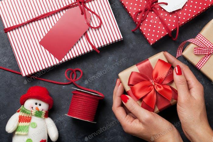 Weibliche Hände halten Geschenk