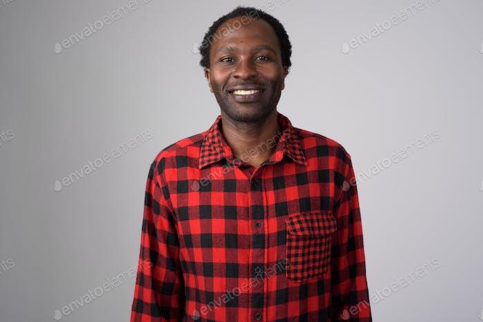 Porträt von glücklichen afrikanischen hipster Mann lächelnd
