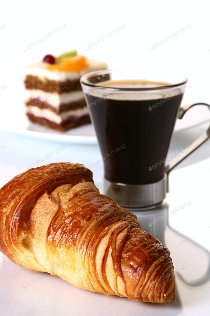 Dessert-Fruchtkuchen mit schwarzem Kaffee