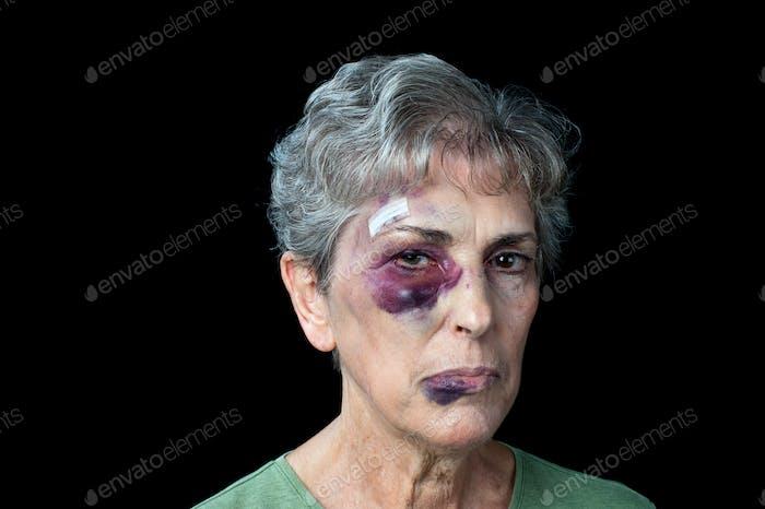 Geschlagene alte Frau