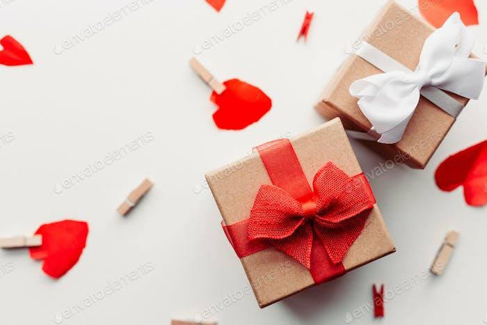 Geschenk mit rotem Band und Herzen
