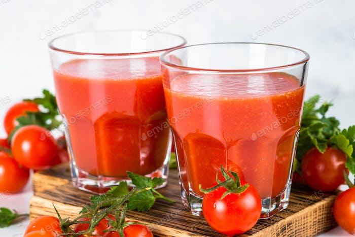 Tomatensaft im Glas auf weiß