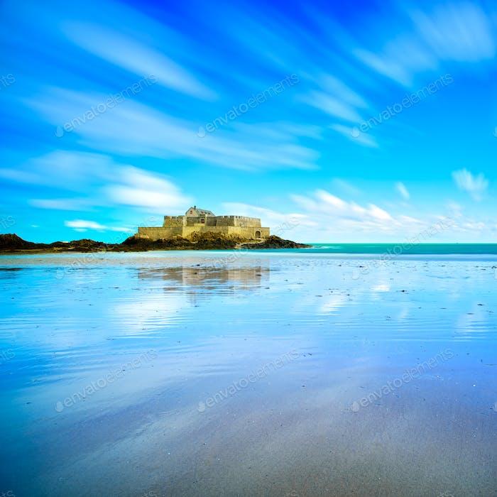 Saint Malo Fort Nacional y Playa, marea baja. Bretaña, Francia.
