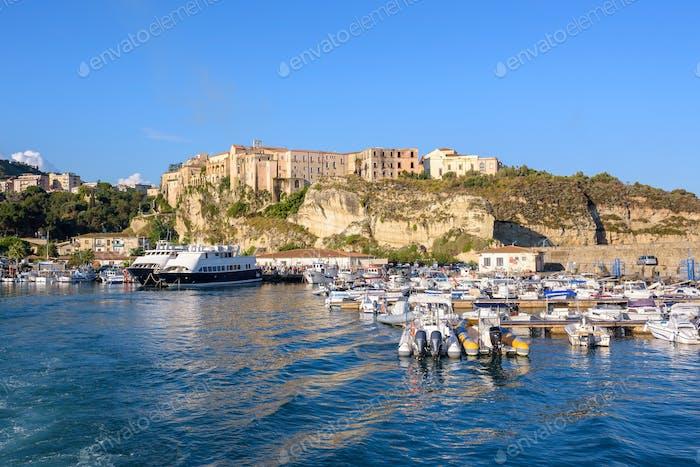 Blick auf den Hafen in Tropea Stadt