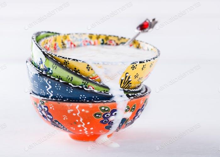 Joghurt, Ayran hausgemachte, traditionelle türkische Keramikgerichte.