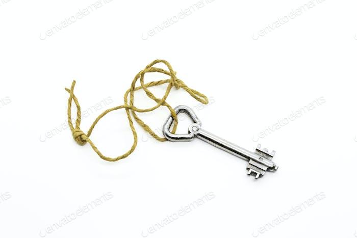 Alte silberne Schlüssel auf einem groben Seil auf weißem Hintergrund