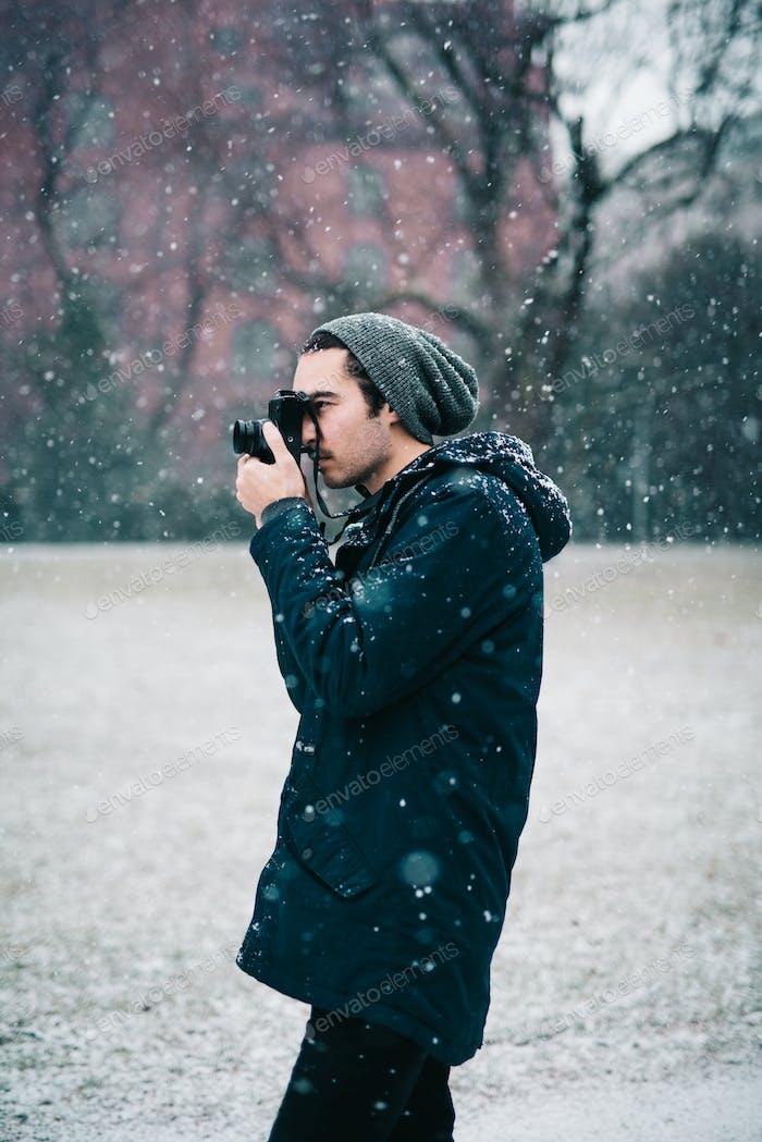 Joven fotógrafo en invierno