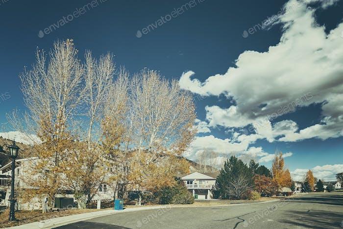 Carretera de la ciudad de tono Retro en otoño.