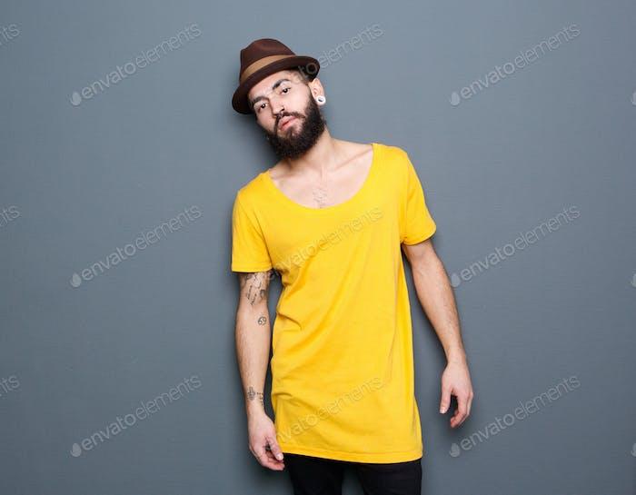 Schöner junger Mann mit Bart und Hut