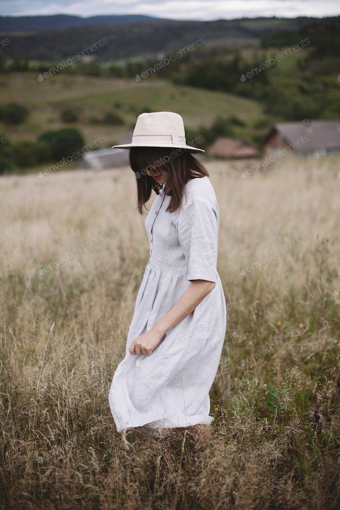 Boho женщина наслаждаясь днем в сельской местности, простой медленный стиль жизни