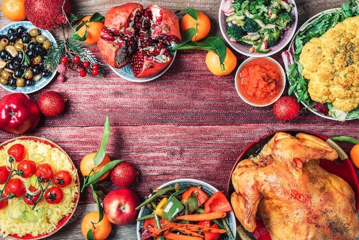 Weihnachten oder Thanksgiving ganze gebratenes Huhn, Reis, Kürbis, Mais, Honig, Nüsse, Gemüsesalate