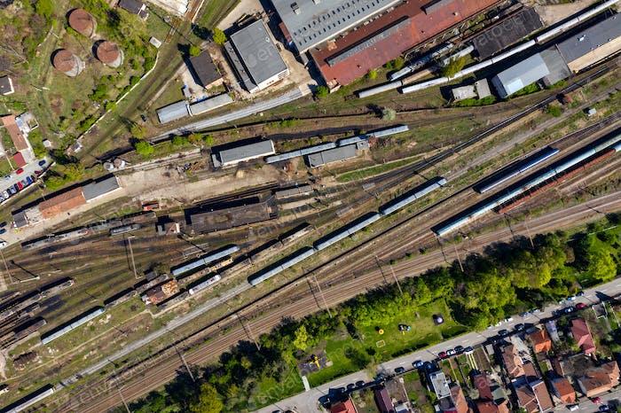 LuftDrohne Ansicht der alten Lokomotive Zug depo, Parkplatz Eisenpferde auf Eisenbahnstrecken. Dieselmotor