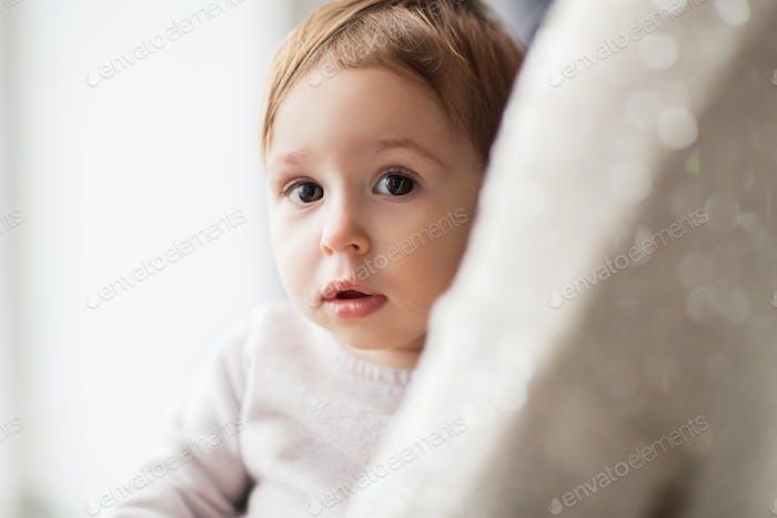 cerca de hasta de dulce Pequeño Bebé niña con madre