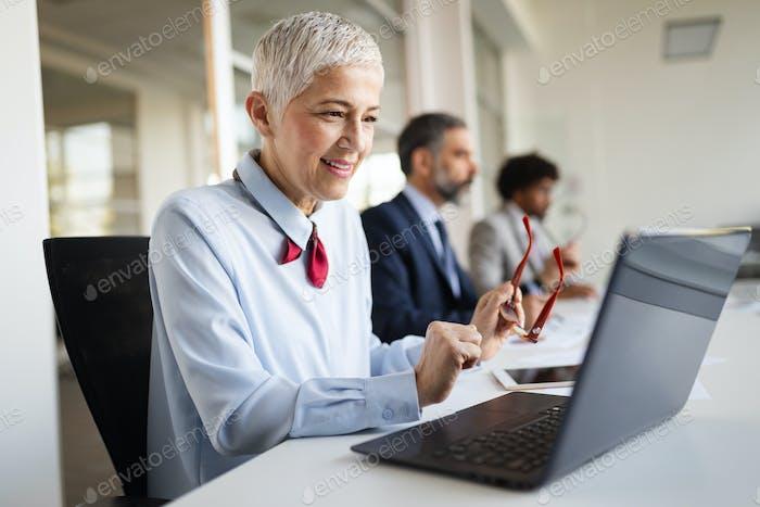 Kreative Geschäftsleute arbeiten an Business-Projekt im Büro