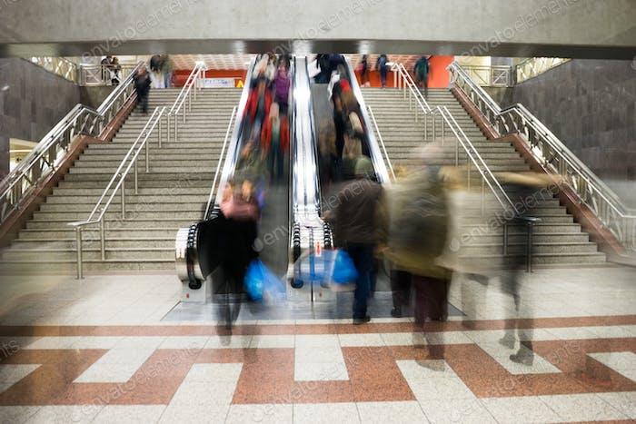 Pasajeros en la estación de metro en Atenas, Grecia. Moti borrosa