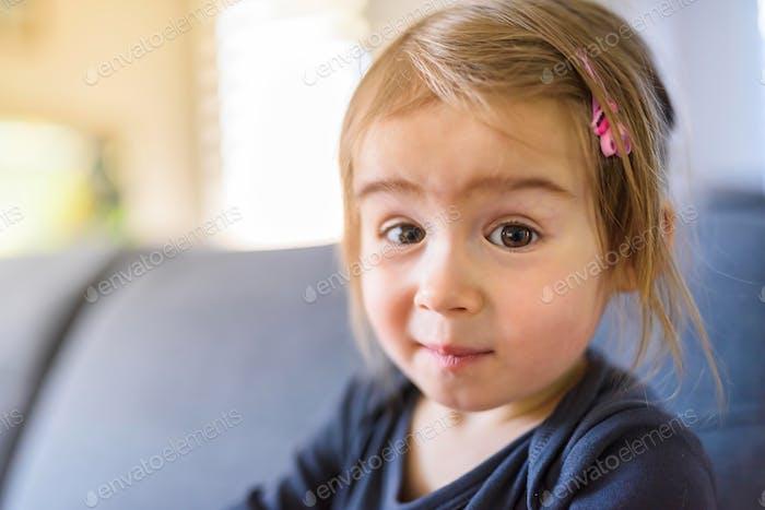 Zwei Jahre altes Mädchen mit großen Eyas Porträt, Indoor Shooting mit natürlichem Licht