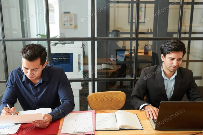 Бизнесмены, работающие в офисе