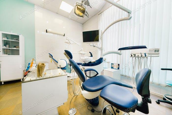 Пустое кресло в кабинете дантиста. Пустой кабинет стоматолога