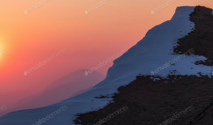 Schöner Sonnenaufgang in den Bergen