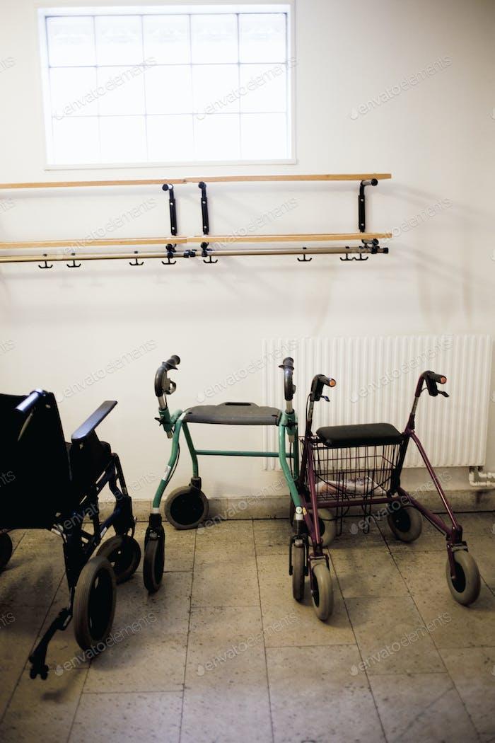 Роллаторы и инвалидные коляски в номере