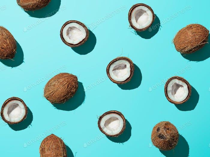 Kokosnüsse halb auf blauem Hintergrund