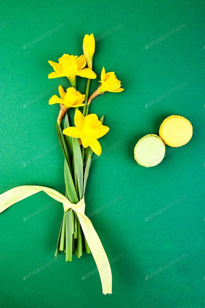 Delicadeza francesa, macarrones coloridos con flor de primavera
