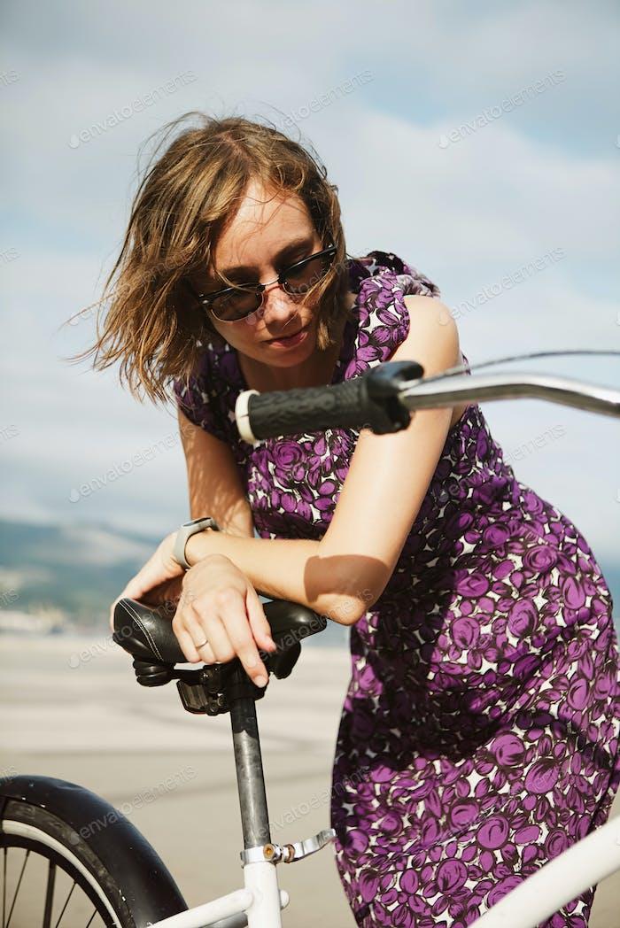Träumen Mädchen posiert mit Fahrrad