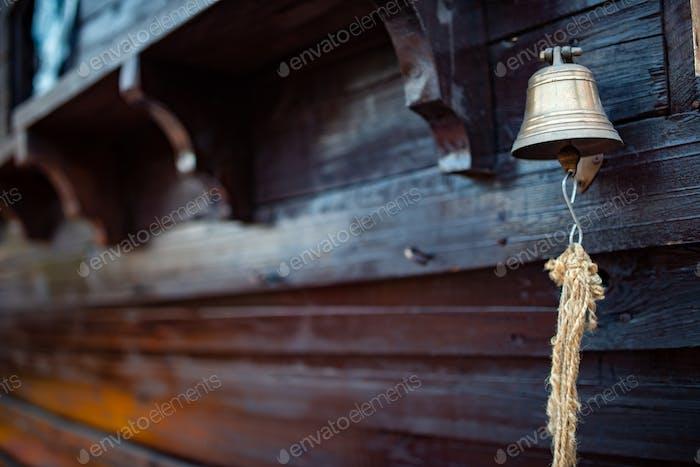 Glocke mit einem Seil hängt am Rumpf