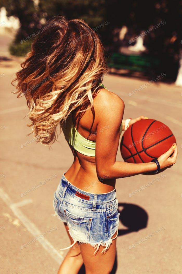 sexy Mädchen auf dem basketballplatz