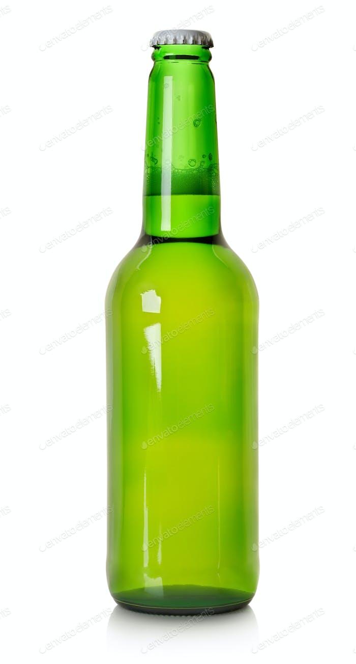Пиво в зеленой бутылке изолированы