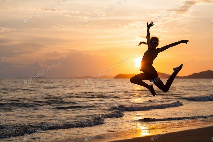 glücklich Mädchen springen auf die Strand